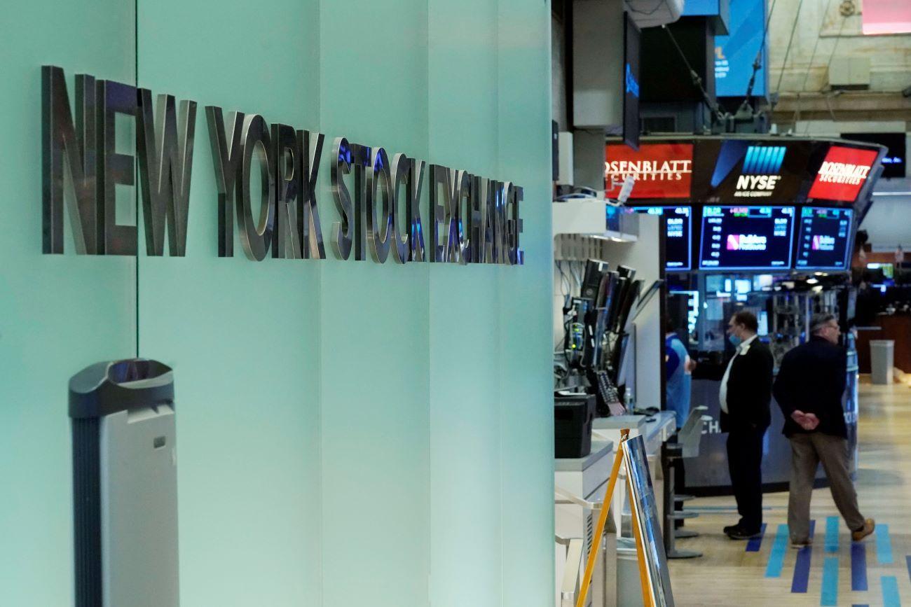 Letrero de la Bolsa de Nueva York en el piso de remate.