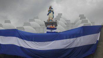 Un joven enmascarado sostiene una bandera de Nicaragua en una protesta contra la represión del régimen de Daniel Ortega, en Managua, el 30 de mayo de 2019.