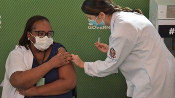 La enfermera Monica Calazansis está inoculada con la vacuna CoronaVac Sinovac Biotech contra el coronavirus COVID-19 en el hospital de Clínicas en Sao Paulo, Brasil, el 17 de enero de 2021. El regulador de salud Anvisa de Brasil aprobó de emergencia el 17 de enero de 2021 para sus dos primeras vacunas contra el coronavirus El país se prepara para lanzar una campaña de vacunación masiva en medio de una devastadora segunda ola epidémica. Autorizó el disparo Covishield de AstraZeneca y la Universidad de Oxford, así como el CoronaVac de China, para su uso en el país donde el número de muertos por Covid-19 ahora supera los 209.000, anunció Anvisa.