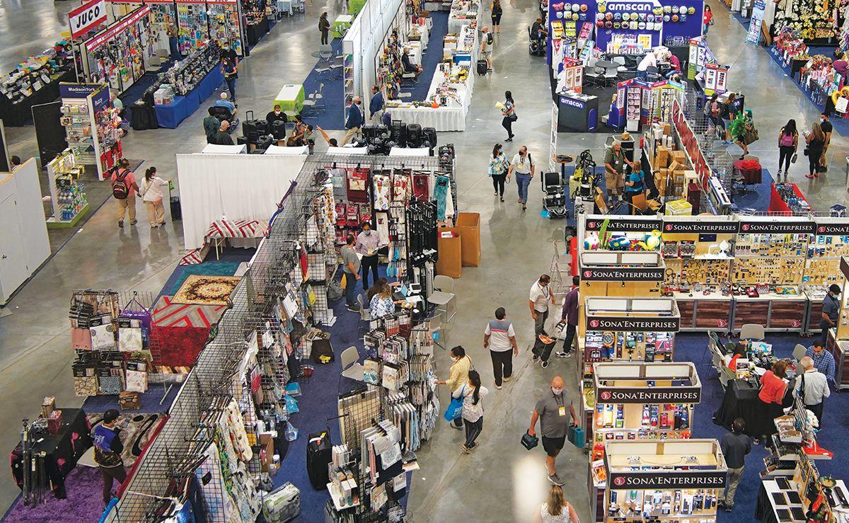 Personas visitan el ASD Market Week, en Las Vegas.