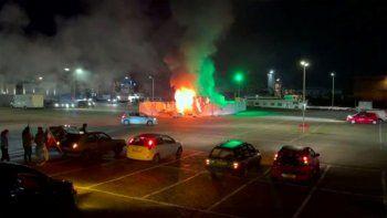 En la imagen tomada de un video se observa un centro de pruebas de COVID-19 después de ser incendiado en Urk, 80 kilómetros (50 millas) al noreste de Ámsterdam, el sábado 23 de enero de 2021.
