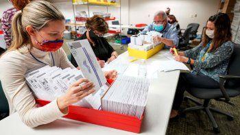 Empleados del condado Lehigh cuentas papeletas en Allentown, Pensilvania, el jueves 5 de noviembre de 2020, mientras prosigue el escrutinio de la elección general.
