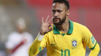 El brasileño Neymar celebra tras anotar contra Perú durante su partido de fútbol clasificatorio sudamericano para la Copa Mundial de la FIFA 2022 en el Estadio Nacional de Lima, el 13 de octubre de 2020, en medio de la pandemia del nuevo coronavirus COVID-19.
