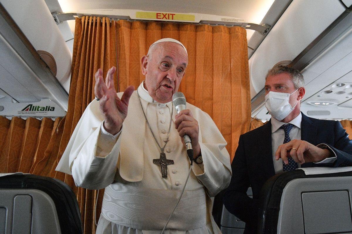 El papa Francisco habla con periodistas a bordo del avión papal camino a Roma desde Eslovaquia