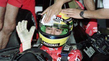 En esta fotografía de archivo tomada el 6 de julio de 1990, un miembro del equipo McLaren limpia el casco del piloto brasileño de Fórmula 1 Ayrton Senna antes de las primeras pruebas de calificación para el Gran Premio de Francia en Le Castellet. Amarillo con rayas verdes y azules, el casco de Ayrton Senna se ha convertido en un icono del deporte. Adorna la portada de un libro dedicado a los cascos de los pilotos de Fórmula 1, grabado en la memoria colectiva a veces más que el rostro de quien lo llevaba.