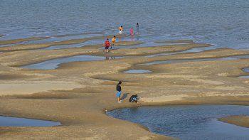 Curiosos caminan por los bancos de arena que han salido a la superficie por el descenso del nivel de las aguas en el río Mekong. Foto del 4 de diciembre del 2019 tomada en la provincia tailandesa de Nakhon Phanon.