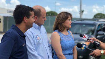 El congresista federal republicano Carlos Curbelo (izq), y los senadores estatales demócratas José Javier Rodríguez y Anette Taddeo, conversan con medios de prensa en Homestead, Florida.