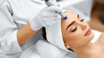 El Hollywood facial es el tratamiento de belleza ideal para mantener las fibras de colágeno y evitar los signos de envejecimiento prematuro en cara, cuello y escote.