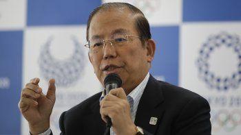 En imagen de archivo del martes 11 de junio de 2019, el director ejecutivo del comité organizador de los Juegos Olímpicos, Toshiro Muto, habla en conferencia de prensa, en Tokio