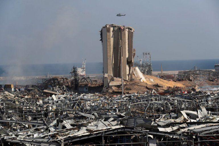 Un helicóptero del Ejército libanés sobrevuela la escena de una explosión en el puerto de Beirut el miércoles