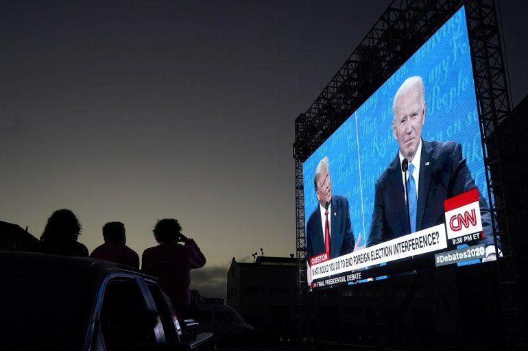 Varias personas siguen desde sus autos el debate presidencial entre el presidente