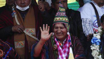 El expresidente Evo Morales saluda durante un mitin con simpatizantes en Villazón, Bolivia, el lunes 9 de noviembre de 2020, luego de cruzar un puente fronterizo desde Argentina.