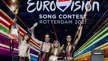 El grupo de Italia Maneskin posa para fotos en el escenario con el trofeo tras ganar la final de la 65 edición del Festival de la Canción de Eurovisión 2021, en el centro de convenciones Ahoy de Rotterdam, el 22 de mayo de 2021.