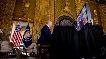 El presidente Donald Trump habla durante una videoconferencia la víspera de Navidad con miembros del ejército desde su propiedad en Mar-a-Lago en Palm Beach, Florida, el martes 24 de diciembre de 2019.