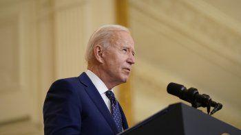 El presidente estadounidense Joe Biden habla en la Casa Blanca, en Washington, el jueves, 15 de abril del 2021. Biden firmó el viernes una determinación de emergencia que funcionarios dicen acelerará las admisiones de refugiados a Estados Unidos, pero no levantó el límite históricamente bajo impuesto por su predecesor Donald Trump de 15.000 refugiados al año.