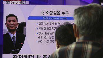 Varias personasmiran un televisor con la imagen de Jo Song Gil, exembajador norcoreano en Italia, en la estación de tren de Seúl, Corea del Sur, el miércoles 7 de octubre de 2020.