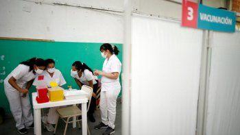 En esta foto de archivo del 18 de febrero de 2021, enfermeras leen instrucciones sobre cómo administrar la vacuna Sputnik V contra COVID-19 en una escuela pública de Bernal, en las afueras de Buenos Aires, Argentina.
