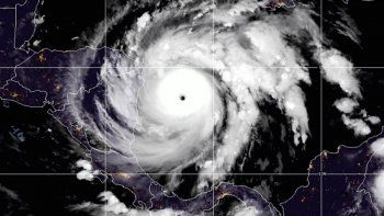 Esta imagen satelital facilitada por la Oficina Nacional de Administración Oceánica y Atmosférica (NOAA, según sus siglas en inglés) muestra al huracán Iota en el Océano Atlántico Norte el lunes 16 de noviembre de 2020 a las 07:11 EST. (NOAA vía AP)