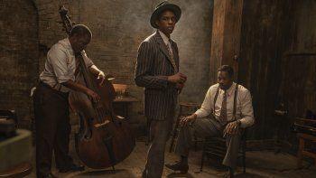 En esta imagen difundida por Netflix, Michael Potts, Chadwick Boseman y Colman Domingo, de izquierda a derecha, en una escena de Ma Raineys Black Bottom.