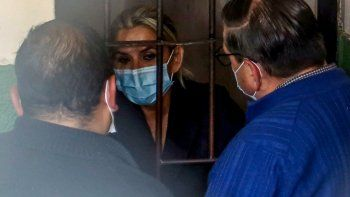 La expresidenta interina de Bolivia, Jeannine Ánez, habla con sus abogados en una celda de la Fuerza Especial de Lucha contra el Crimen (FELCC) luego de ser detenida en La Paz, el 13 de marzo de 2021.