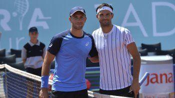 En esta foto del sábado 20 de junio de 2020, Grigor Dimitrov (derecha) y Borna Coric posan previo a la semifinal del torneo de exhibición en Zadar, Croacia. Ambos jugadores han dado positivo por coronavirus.