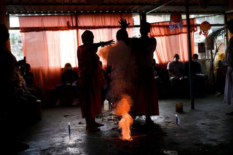 Yaruby Mendoza recibe atención de los curanderos Hermano Sebastián y la Hermana María Cristina en el Centro Espiritual Lino Valles