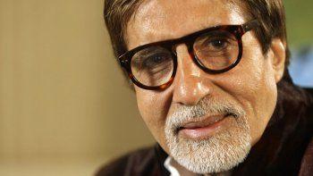 En esta foto de archivo del 10 de noviembre de 2009, la leyenda de Bollywood Amitabh Bachchan habla durante una entrevista en Londres. Bachchan dio positivo por COVID-19 y fue hospitalizado en Mumbai, la capital financiera y de entretenimiento de la India.