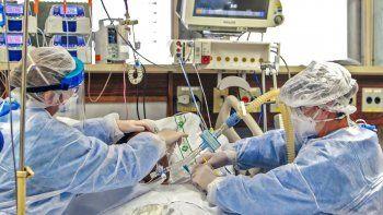 Un paciente infectado con el nuevo coronavirus COVID-19 recibe atención en la Unidad de Cuidados Intensivos en un Hospital en Porto Alegre, Brasil, el 15 de abril de 2020.