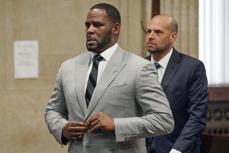 En esta fotografía de archivo del 6 de junio de 2019 el cantante R. Kelly se declara inocente de 11 delitos sexuales durante una audiencia en la corte penal de Leighton en Chicago.