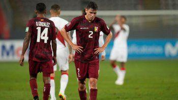El venezolano Nahuel Ferraresi reacciona tras perder contra Perú al final de su partido de fútbol de clasificación sudamericano para la Copa Mundial de la FIFA Catar 2022 en el Estadio Nacional de Lima