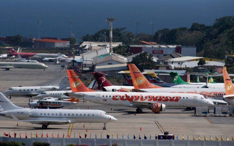 Aviones comerciales de diferentes aerolíneas y jets privados se posan en la pista del Aeropuerto Internacional Simón Bolívar