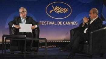 El director del Festival de Cannes Thierry Fremaux, izquierda, y el presidente del festival Pierre Lescure charlan durante la presentación de la selección oficial del festival 2020 en un cine vacío el miércoles 3 de junio de 2020 en París.