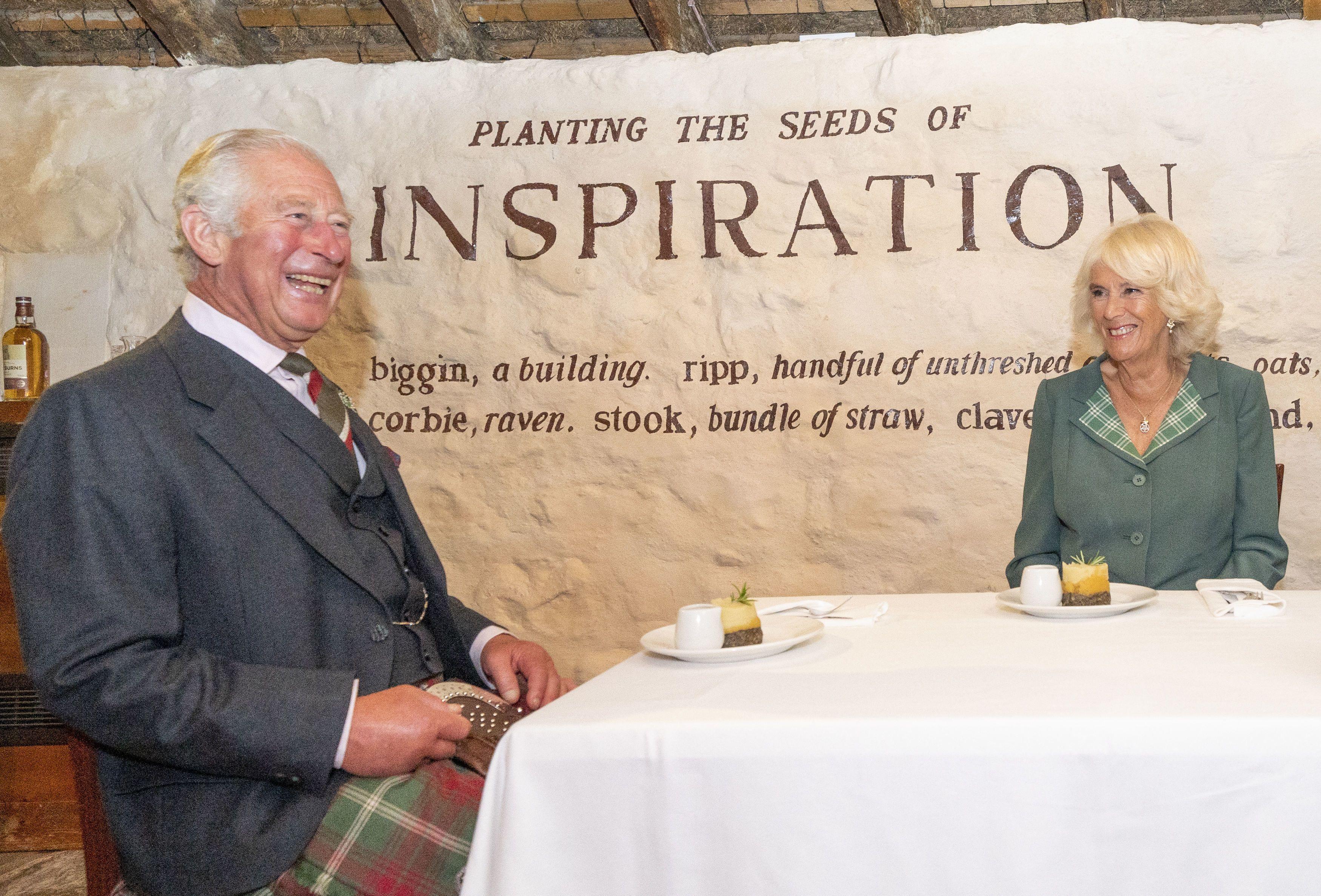 El príncipe Carlos y la duquesa de Cornualles, Camilla, reciben una comida tradicional escocesa de Haggis mientras visitan la cabaña de Robert Burns en Alloway, Escocia, el 9 de septiembre de 2021.