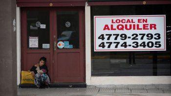 Una mujer sin hogar sentada frente a una tienda cerrada en alquiler en el centro de Buenos Aires, Argentina, el martes 16 de marzo de 2021. Según la Cámara Argentina de Comercio y Servicios, la cantidad de negocios vacíos en Buenos Aires aumentó a 31% desde hace un año.