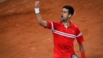 El serbio Novak Djokovic celebra tras vencer al italiano Matteo Berrettini durante el partido de cuartos de final del Roland Garros 2021 en París el 9 de junio de 2021