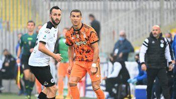 El delantero portugués de la Juventus, Cristiano Ronaldo (R), compite por el balón con el defensor italiano de Spezia, Claudio Terzi, durante el partido de fútbol de la Serie A italiana entre Spezia y la Juventus en el estadio Dino Manuzzi en Cesena el 1 de noviembre de 2020.