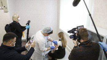 Una trabajadora sanitaria rusa administra una inyección de la vacuna rusa Sputnik V contra el COVID-19 en Moscú, el jueves 10 de diciembre de 2020.