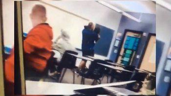 Captura de un video publicado en Twitter por@clairemetzwesh sobre el incidente de un profesor de Florida que expulsó de manera violenta a un estudiante de su clase.