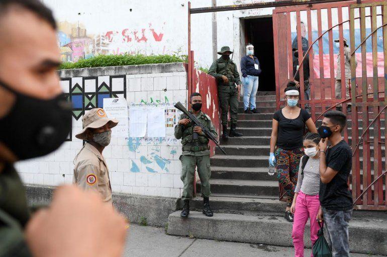 Fuerzas de seguridad vigilan un centro de votación durante las elecciones para elegir a los miembros de la Asamblea Nacional en Caracas