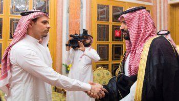El príncipe heredero de Arabia Saudí, Mohamed bin Salman, recibe a Salah bin JamalKhashoggi, uno de los hijos del periodista saudí JamalKhashoggi.