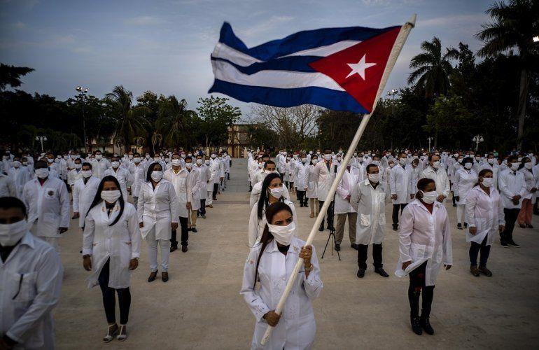 Una brigada de profesionales de la salud cubanos poco antes de viajara una misión para ayudar a frenar al coronavirus