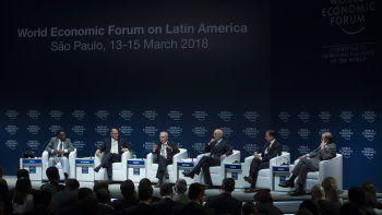 De izquierda a derecha: el legendario exfutbolista brasileño Pelé; el gobernador del estado de Sao Paulo, Geraldo Alckmin; el presidente de Brasil, Michel Temer; el presidente delForoEconómico Mundial, Klaus Schwab; el alcalde de Sao Paulo, Joao Doria y el ministro de Relaciones Exteriores de Brasil, Aloysio Nunes, este 14 de febrero de 2018, en elForoEconómico Mundial para Latinoamérica que se celebra en Sao Paulo.