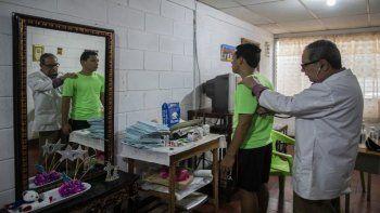 El oncólogo pediátrico Gustavo Méndez revisa a un paciente privado en su casa después de que supuestamente fue despedido por las autoridades del Hospital de Niños Manuel de Jesús Rivera (La Mascota) por respaldar los llamados a una cuarentena voluntaria para combatir la nueva pandemia de coronavirus de COVID-19, en Managua, en 29 de junio de 2020.