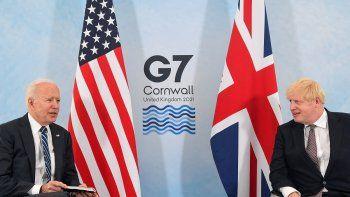 El primer ministro británico, Boris Johnson (derecha) y el presidente estadounidense, Joe Biden, posan antes de una reunión bilateral en Carbis Bay, Cornwall, el 10 de junio de 2021, antes de la cumbre del G7 de tres días que se celebrará del 11 al 13 de junio.