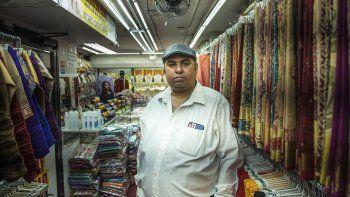 Chander Shekhar, copropietario de Shopno Fashion, en el barrio neoyorquino de Jackson Heights, posa para un retrato el 22 de junio de 2020, en el primer día de la Fase 2 del plan de reapertura de la ciudad de Nueva York.