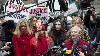 En esta fotografía del seis de enero de 2020 la actriz Rose McGowan, derecha, habla en una conferencia de prensa mientras la actriz Rosanna Arquette, centro izquierda, la escucha fuera de una corte de Manhattan tras la llegada de Harvey Weinstein en Nueva York.