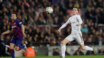 Gareth Bale, derecha, del Real Madrid, va tras el balón ante la marca de Jordi Alba, del Barcelona, en el clásico de La Liga en el Camp Nou de Barcelona, el miércoles 18 de dociembre de 2019.