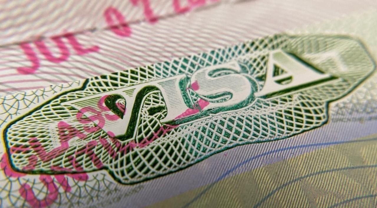 Un sello de visa en un pasaporte extranjero en Los Ángeles, Estados Unidos.