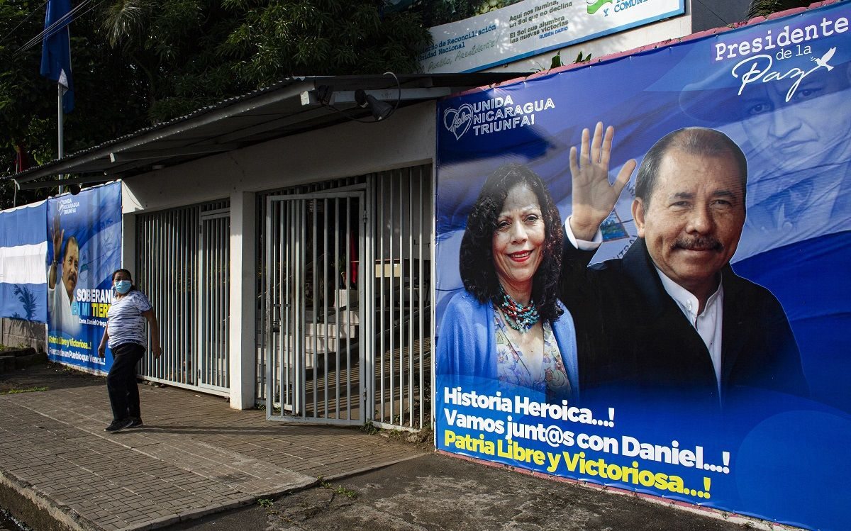Un hombre pasa junto a una pancarta que promueve la candidatura del presidente de Nicaragua, Daniel Ortega, y su esposa y compañera de fórmula, Rosario Murillo, en Managua el 24 de septiembre de 2021.