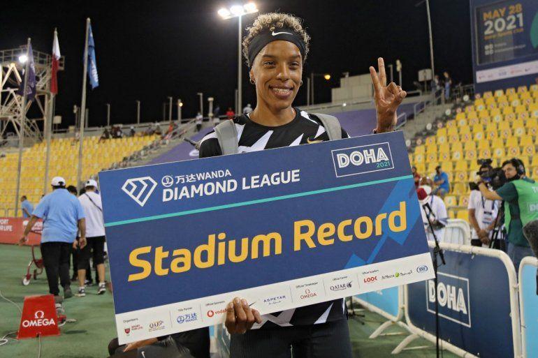 La venezolana Yulimar Rojas celebra después de establecer un récord de estadio en la final de triple salto femenino durante la reunión de atletismo de la Liga Diamante en el estadio del Qatar Sports Club en la capital Doha el 28 de mayo de 2021